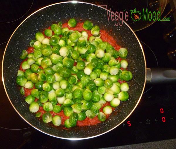 Wok goulash aux poivons rouges grillés et choux de Bruxelles