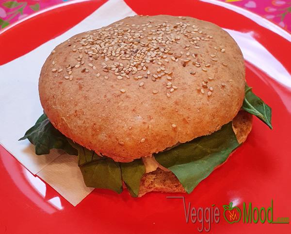 Sandwich tiède au tofu mariné, aubergines et épinards