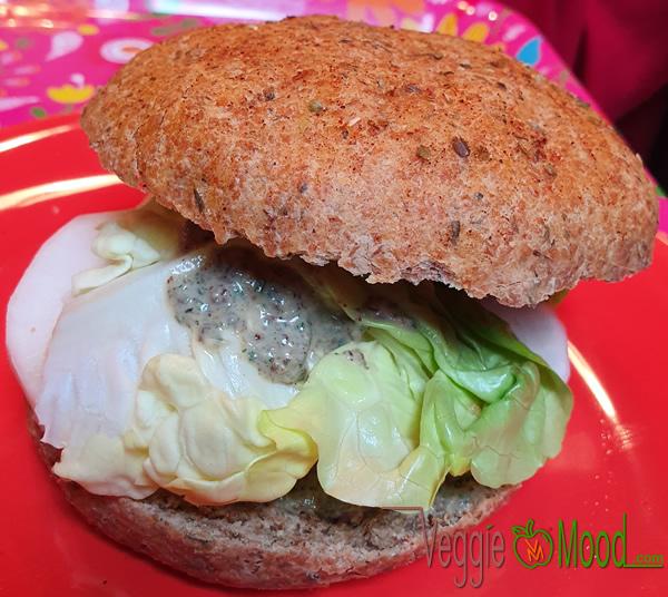 Sandwich au daikon mariné, sauce yaourt aux herbes fraîches