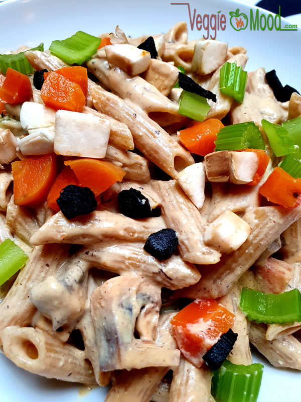 Penne sauce vromagère à l'ail noir et aux légumes