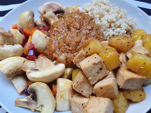 Sauté de tofu à l'ananas, sauce cacahuètes