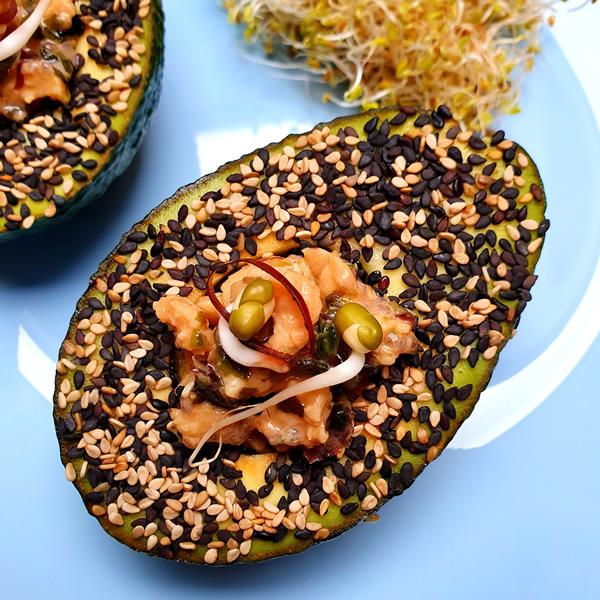 Avocats en croute de sésame aux saveurs de la mer