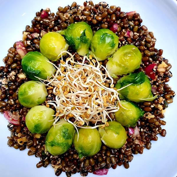 Salade d'urid beans et choux de Bruxelles au sésame