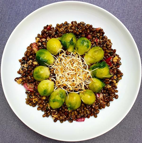 Recette salade d'urid beans et choux de Bruxelles au sésame
