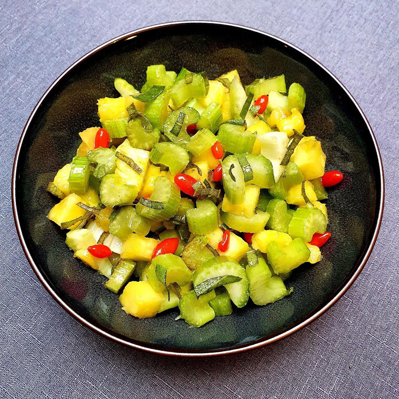 Salade céleri branche et ananas, vinaigrette à la sauge