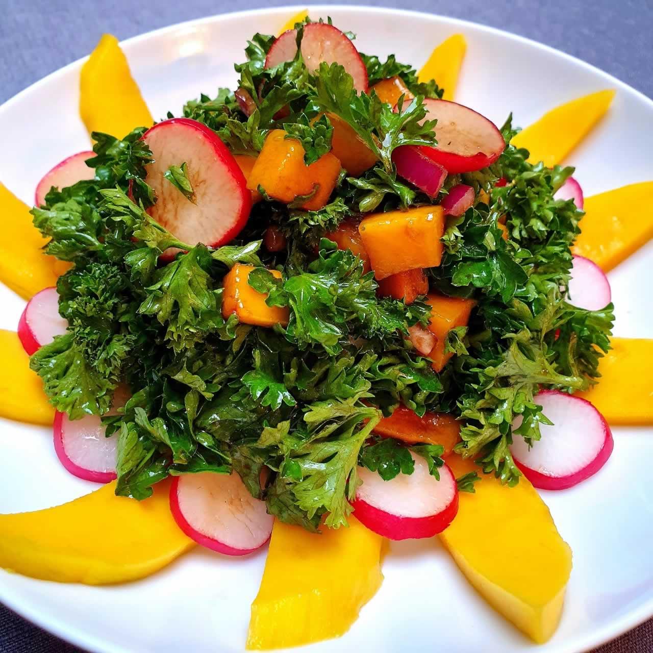 Salade de persil, mangue et radis