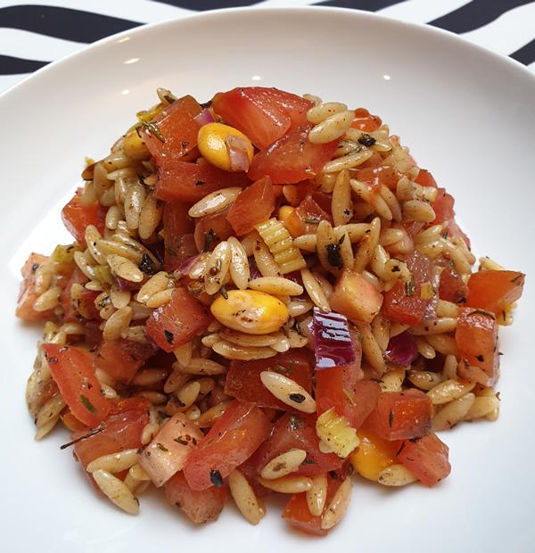 Salade de pâtes grecques aux tomates et à l'ail noir
