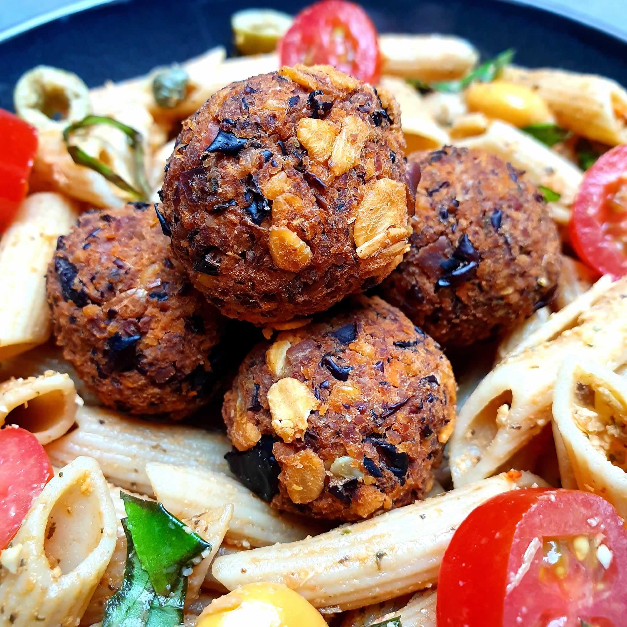 Salade de pâtes au pesto et mini boulettes haricots noirs