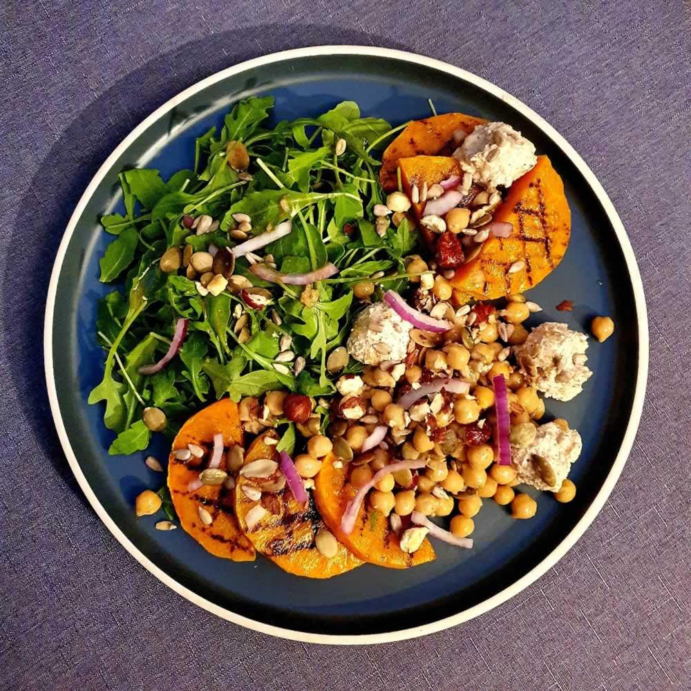 Salade de butternut grillées, pois chiches et vromage aux noisettes