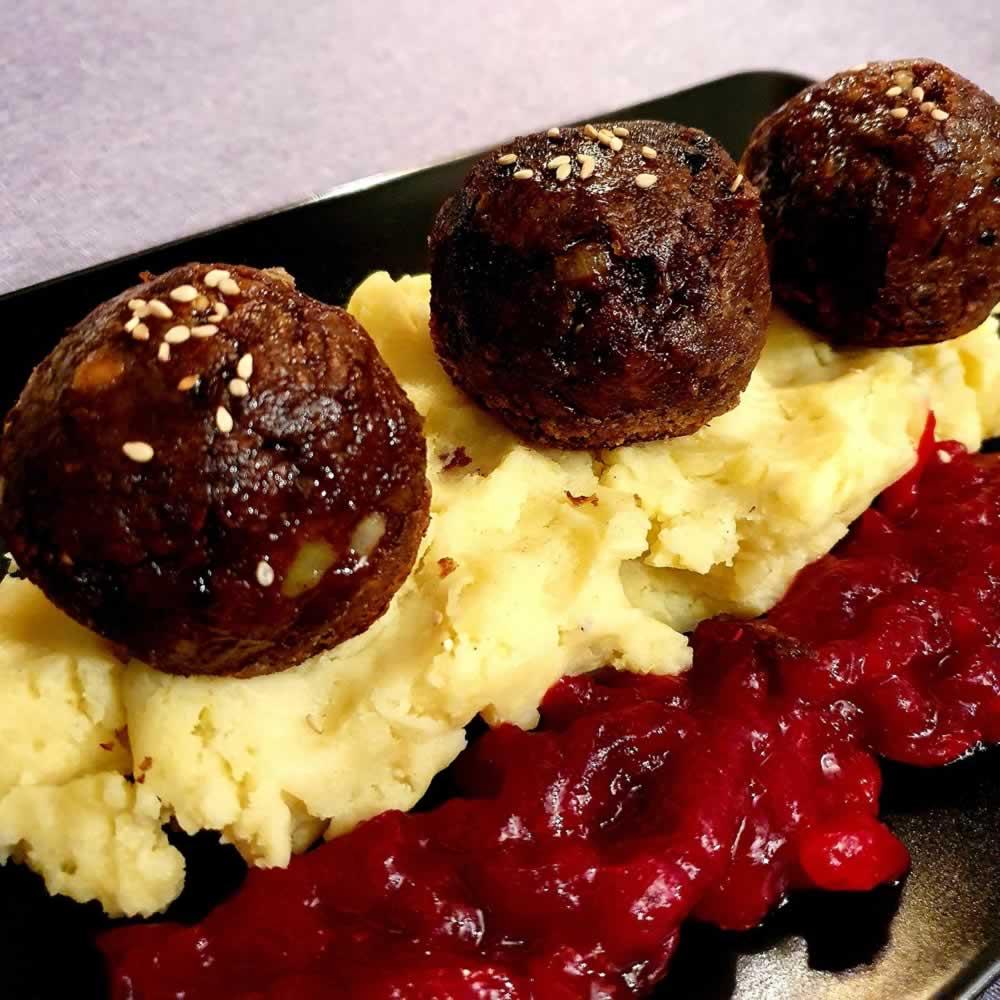 Maxi boulettes, sauce cranberries et écrasé de pommes de terre